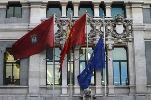 La bandera de la UE a media asta en Cibeles, en una imagen de archivo.
