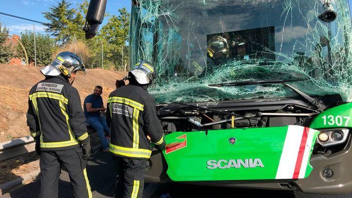 Los bomberos han acudido al lugar del siniestro, que ha dejado 21 heridos, la mayoría, leves.