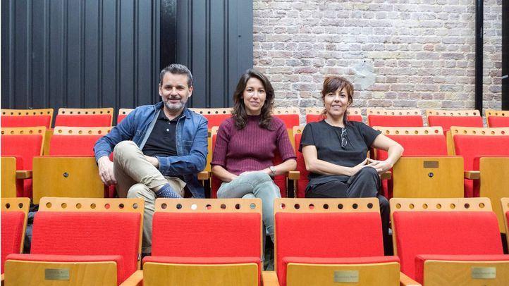 Jorge Lucas, Patricia Paz y Sofía Monreal, equipo de la versión española de ¡Ay, Carmela! en el teatro Cervantes de Londres.