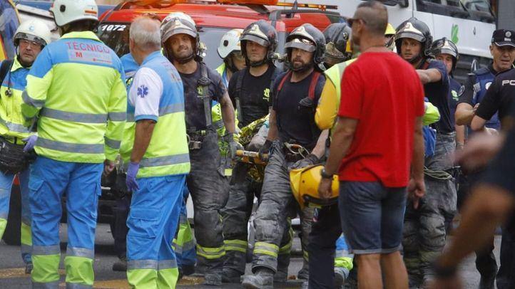 Los bomberos atienden a uno de los afectados.
