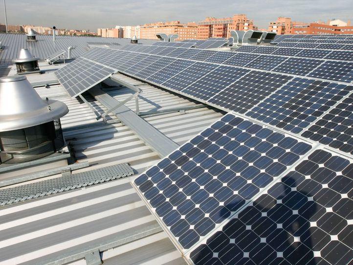 Paneles solares en la cocheras de la EMT, en una imagen de archivo.