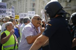 Tensión entre pensionistas y Policía a las puertas del Congreso
