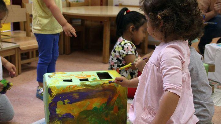 Niños haciendo y pintando un tren.