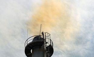 Chimenea expulsando humos en una incineradora.