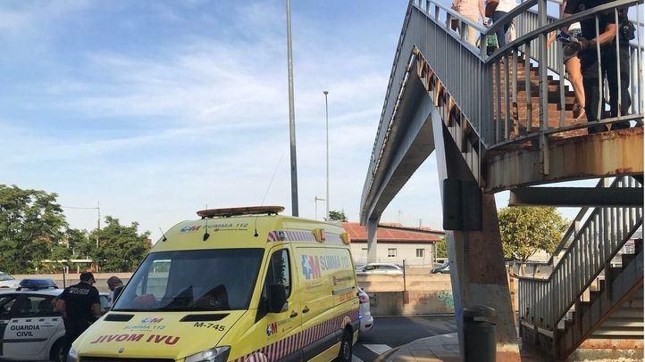 Un niño de 4 años cae de una altura de dos metros y medio en la pasarela sobre la A-6 de Las Rozas.