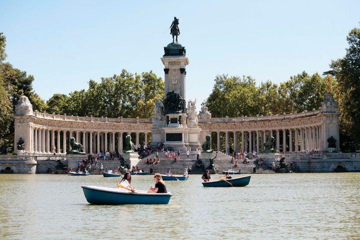 Marinas esculpió el conjunto La Libertad, parte del monumento a Alfonso XII en el Retiro.