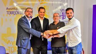 """Firma del documento por la """"Estrategia de Torrejón de Ardoz por el Empleo 2018-2019""""."""