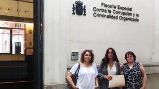 Sol Sánchez, con las concejalas de IU en Villaconejos Nuria y Magdalena Pozo.