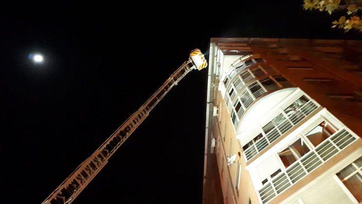 Cinco dotaciones de bomberos se han desplazado hasta Usera para extinguir el incendio.