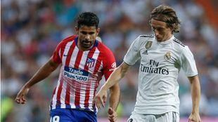 Diego Costa y Modric durante el partido.