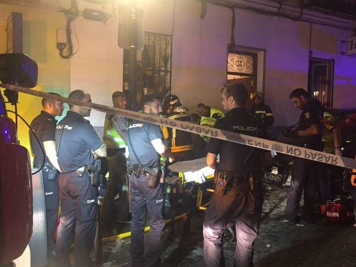 Los servicios de emergencias en el exterior del edificio de Lavapiés.