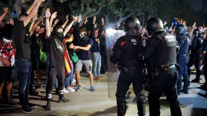 Disturbios y cargas de los antidisturbios de los Mossos d'Esquadra tras la manifestación del aniversario del referéndum del 1-O a las puertas del Parlament de Cataluña.