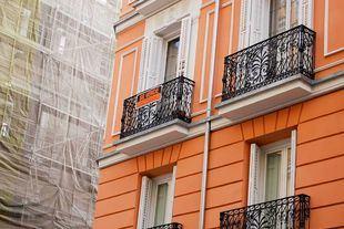 Cartel de venta de piso colgado en un balcón.
