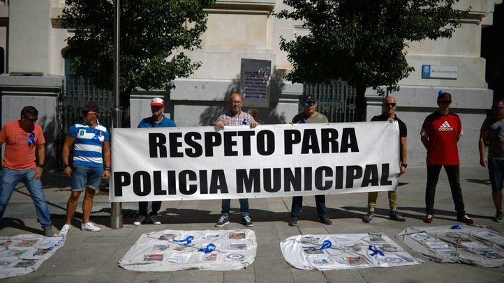 Protesta de miembros de la Policía Municipal frente a las puertas del Ayuntamiento por un convenio colectivo digno.