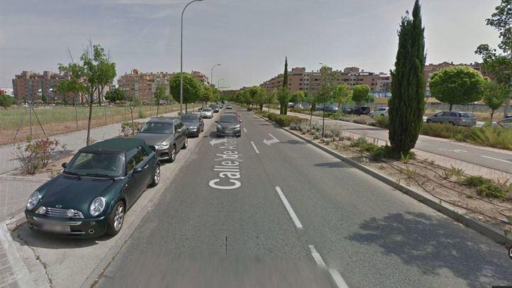 El vehículo quedó estacionado en una calle con poco tránsito y las lunas tintadas dificultaron que alguien pudiera percatarse de la presencia de la niña