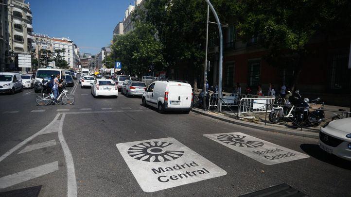 Señalética pintada en el asfalto de Madrid Central.