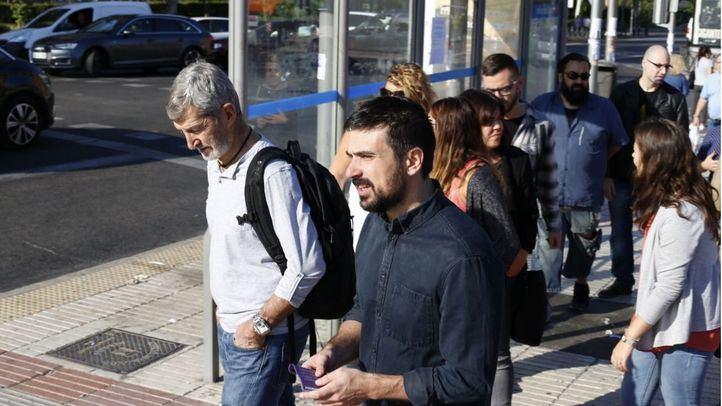 Ramón Espinar y Julio Rodríguez en las mesas informativas de Podemos en Madrid.