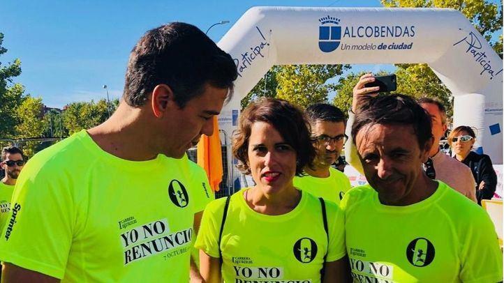 Pedro Sánchez junto a la presidenta de la Asociación 'Yo no renuncio' y fundadora de Malas Madres, Laura Baena,