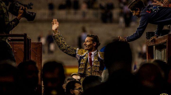 Urdiales sale en volandas por la Puerta Grande de Las Ventas
