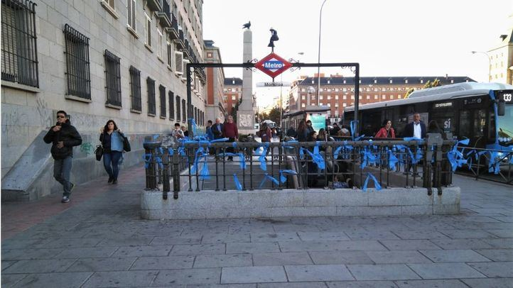 La estación de Metro de Moncloa ha amanecido llena de lazos azules.