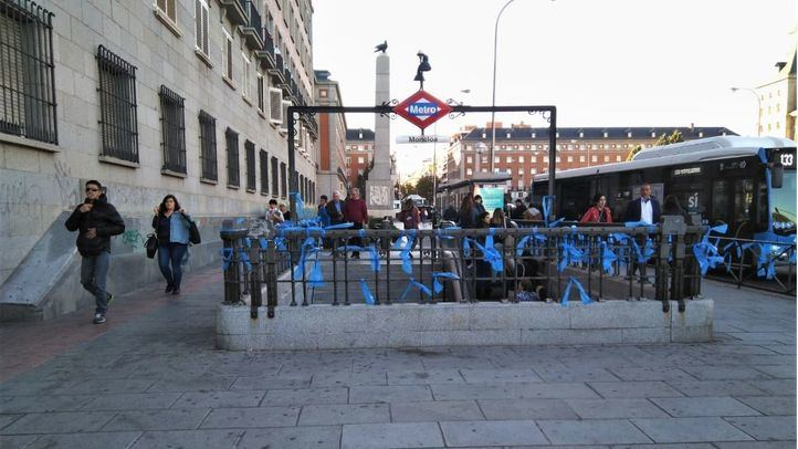 Madrid despierta con lazos azules contra el separatismo