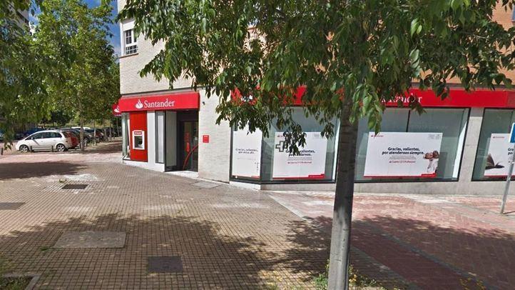 Los hechos tuvieron lugar sobre las 4.50 horas en un banco Santander radicados en la confluencia de las calle de Canencia de la Sierra y Alameda del Valle en La Gavia