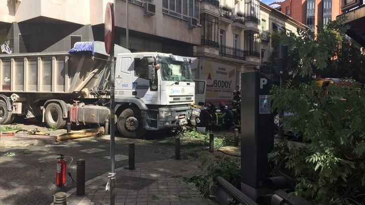 Un camión sin frenos choca contra otro en Chamberí
