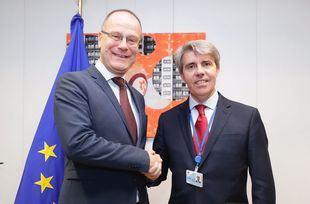 El presidente de la Comunidad, Ángel Garrido, con el comisario europeo de Educación, Cultura, Juventud y Deporte, Tibor Navracsics.