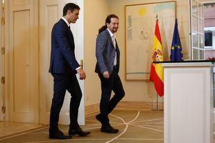 El presidente del Gobierno, Pedro Sánchez, firma el pacto de los presupuestos Generales del Estado 2019 con el secretario general de Podemos, Pablo Iglesias.