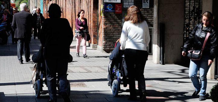 Personas dependientes en silla ruedas y acompañantes.