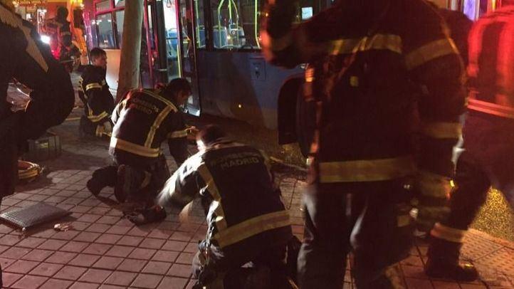 El cuerpo del motorista ha quedado atrapado bajo la rueda del autobús y ha tenido que ser liberado por efectivos de los Bomberos del Ayuntamiento.