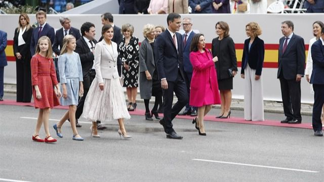 La princesa de Asturias, la infanta Sofía, los Reyes, el presidente del Gobierno y la ministra de Defensa al inicio del desfile.