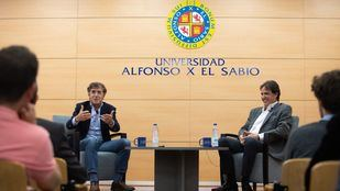Perico Delgado y José Ramón de la Morena en la universidad Alfonso X el Sabio (UAX).