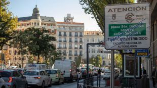 Señales y cámara de vigilancia para la próxima área de prioridad residencial Madrid Central en el entorno de los bulevares.