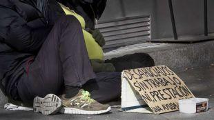 Pareja con una mujer embarazada que piden una ayuda a la puerta de 'El brillante' en Atocha. Pobreza, desahucios pedir en la calle.