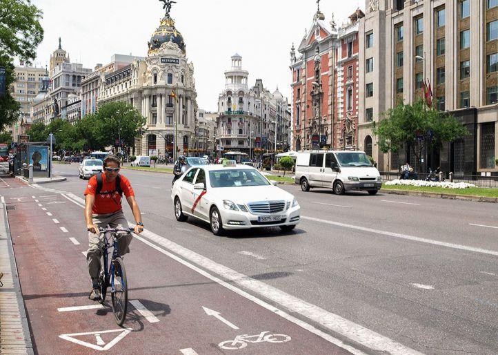 Carril bici de la Calle Alcalá con dirección a Cibeles.