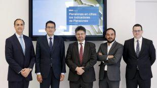 De izquierda a derecha, Luis Vadillo, del Instituto BBVA de Pensiones, Miguel Cardoso y Javier Alonso, de BBVA Research, y Alberto González y Daniel Blanco, del Instituto BBVA de Pensiones.