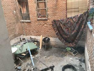 Estado de deterioro en algunas de las zonas comunes y patios del número 15 de la  calle Gobernador de Aranjuez.