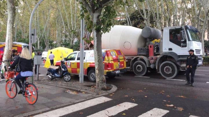 Un motorista fallece tras ser atropellado por un camión