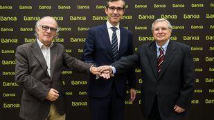 El secretario de la Asociación de Librerías, Fernando Valverde; el director corporativo de la Territorial Madrid Norte de Bankia, Eugenio Solla, y el director de la Feria del Libro, Manuel Gil.