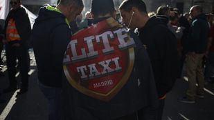 Tensa espera de los taxistas a las puertas del Congreso, donde se debate el decreto para regular las VTC
