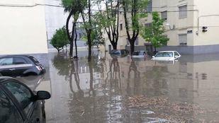 Calle Fuentenebro, anegada por las fuertes lluvias.