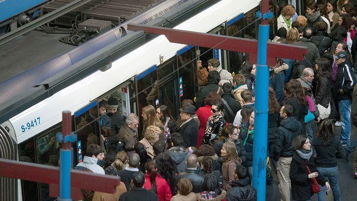 Aglomeración de gente en el andén de Metro de Príncipe Pío.