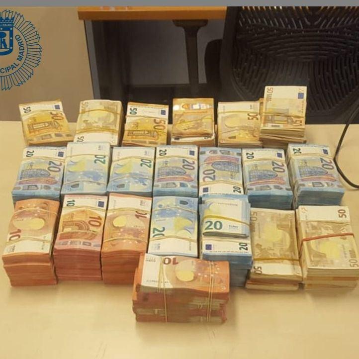 Se salta un semáforo y la detienen con casi 300.000 euros