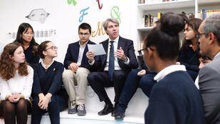 El presidente regional, Ángel Garrido, ha visitado el colegio Nazaret Oporto, un centro concertado que oferta estudios de Bachillerato
