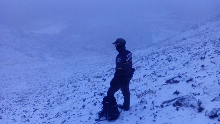 Agente forestal en medio de una de las primeras nevadas de la temporada.