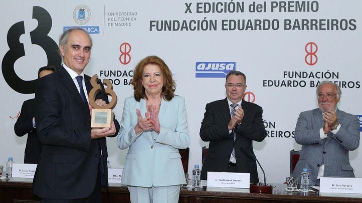 Jorge Cosmen recibió el galardón de manos de Mariluz Barreiros.
