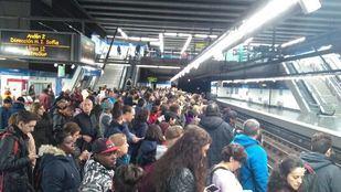 Los usuarios de Metro han subido a las redes fotos de andenes abarrotados y esperas de más de 5 minutos en hora punta