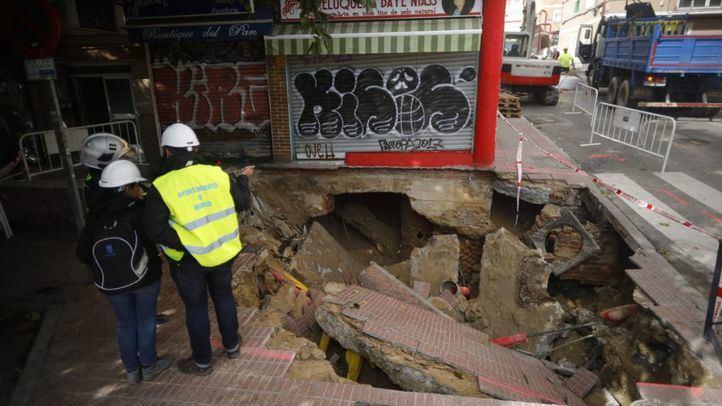 Desalojado un edificio en La Elipa tras un socavón formado por una tubería rota