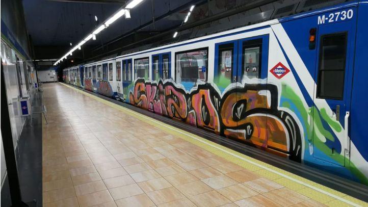 Un grupo de grafiteros activa el freno de emergencia para pintar en Metro